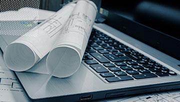Aufgerolltes Blatt Papier auf einer Laptop Tastatur